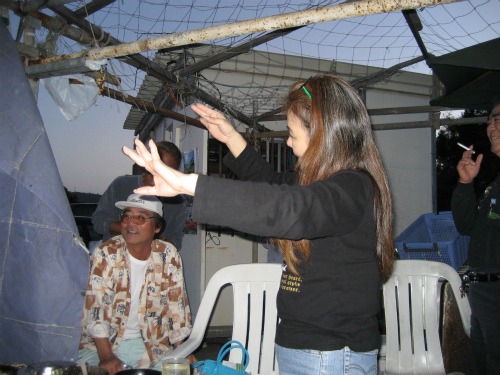 沖縄の踊りは、フラダンスのように、手先の指で、語りかけるように踊ります