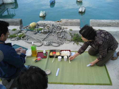 海の見える岸壁に祭壇を設けていました