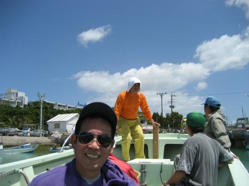 前兼久漁港の灯台を抜けて、冨着ビーチの方に向かいます