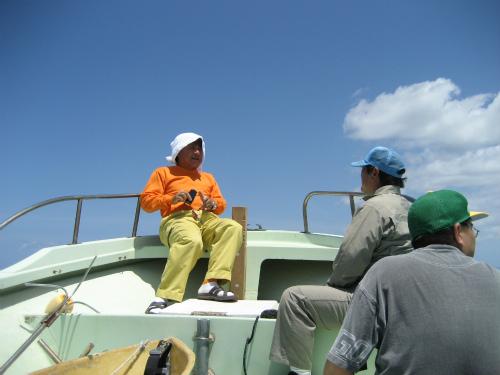 山城興善さんの少し小さい船を寄せてくるのを待ちます