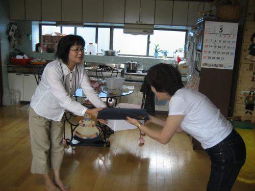 金城千賀子さんに、母の日のプレゼントをお渡しました