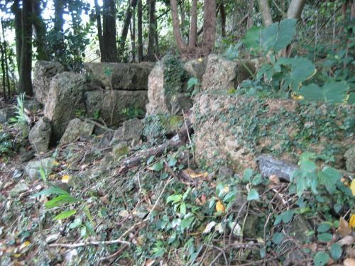 昔、冨着村の人たちは、丘の上に住んでいました