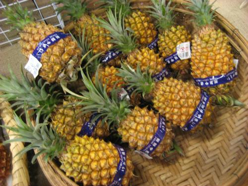 「おんなの駅」では、地元産の野菜や果物が、安い値段で並んでいます
