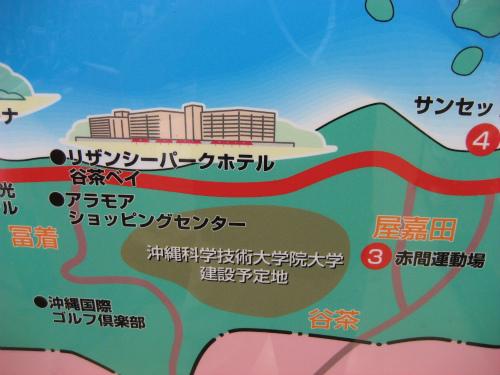 恩納村が細長く、東シナ海に面していて、リゾート地区であることが分かります