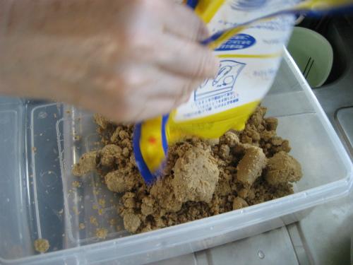 糠漬けをするために、糠床を作って、野菜を漬けます