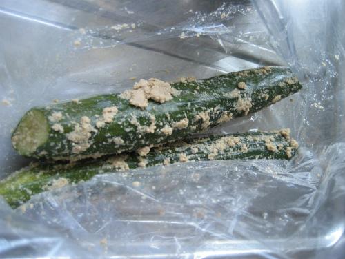 糠漬けのキュウリとナスを取り出して、切ってみました