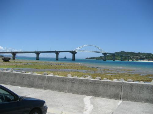瀬底大橋が見えました。これを渡ります。