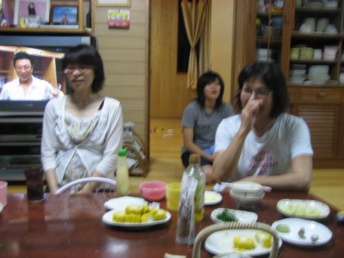 女性グループは、伊吹さんが持ってきてくれたケーキを頂いています