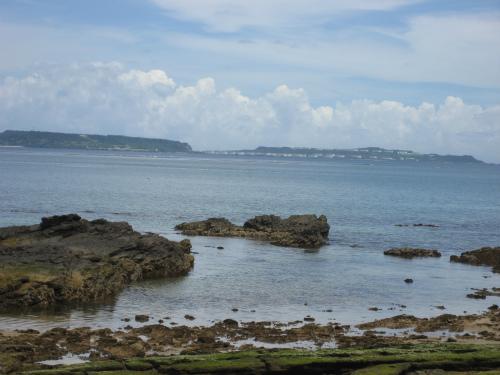向こうに見えるのは、勝連半島と伊計島と宮城島です
