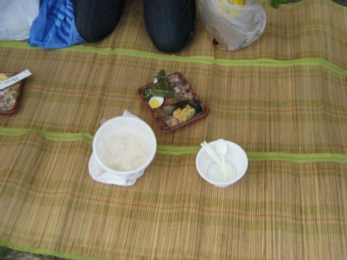 ござを敷いて、ビーチでピクニックのようなお昼ご飯です