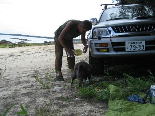 リーくんは、片山正喜さんから、お水をもらっています