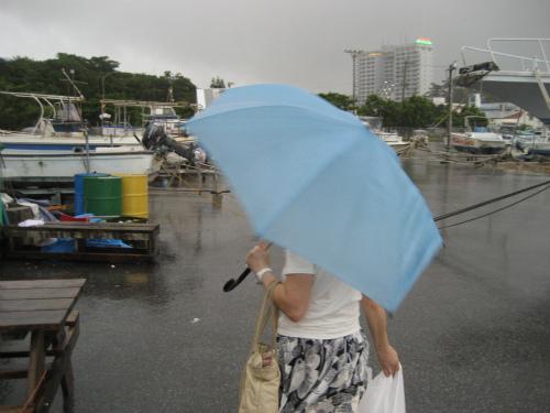 少し晴れ間が出た時に、ヨットの下から玉城常司さんのところに移動します