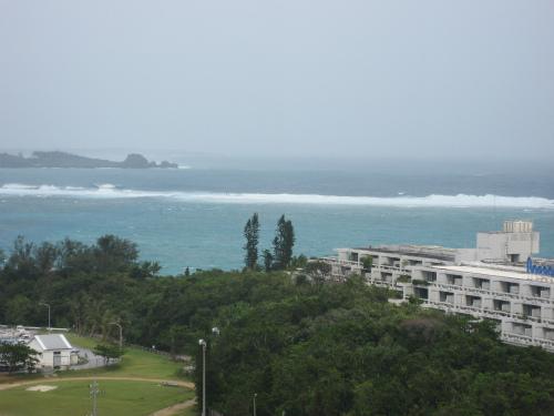台風が去っても、恩納村前兼久の海は荒れて、空は曇っています
