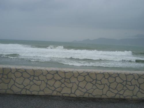波に運ばれた砂が道路を覆っています