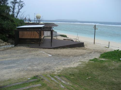 海辺には、夏の海水浴客目当ての新しい海の家が出来ています