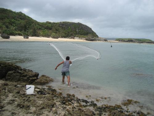 片山正喜さんが、投げ網を打ち、魚の代わりにたくさんの貝が獲れました