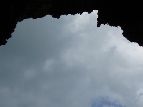 突然のにわか雨で、雨宿りが出来る洞窟を見つけて、逃げ込みました