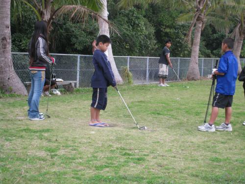 ゴルフをする子どもたち