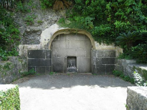 洞窟に故人を埋葬したようです