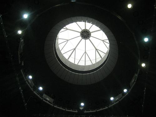 天井を見ると、ドームの光りが輝いていました