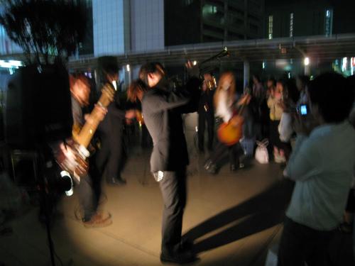 立川駅前のパフォーマンス