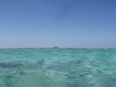 松葉博雄のいい写真撮りたいな:「<b>沖縄県伊江島は水面から見ると富士山のようです</b>」