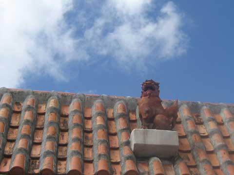 松葉博雄のいい写真撮りたいな:「大空に向かって威嚇する沖縄のシーサー」