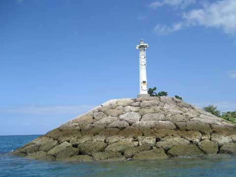 松葉博雄のいい写真撮りたいな:「晴れた日に港に佇む白い灯台」