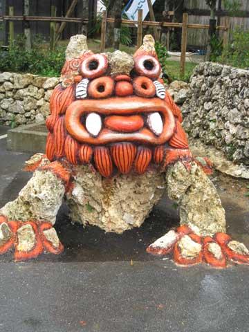 松葉博雄のいい写真撮りたいな:「沖縄県名護市の「大家(うふやー)」のシーサーは、目なのか鼻なのか分からない輪が4つあります」