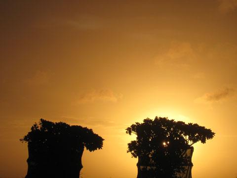 松葉博雄のいい写真撮りたいな:「夏至の頃の夕日を受けてシルエットが浮かぶのは、何でしょうか?」