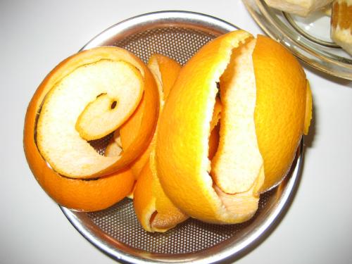 収穫した八朔をよく洗い、皮を剥いて、果実と皮に分けます