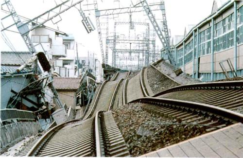 崩れた線路写真