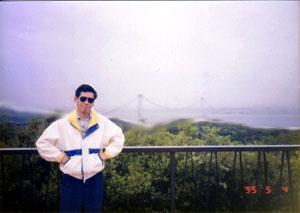 1995年5月4日:建設中の明石大橋をバックに