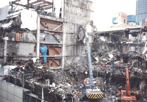 震災で崩れた三宮界隈のビル