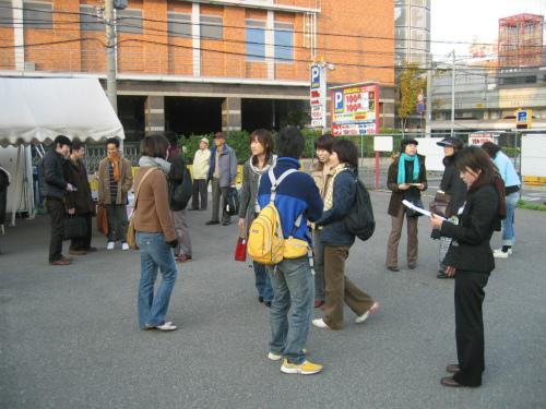 【かにツアー】三宮観光バスステーションに集合した従業員
