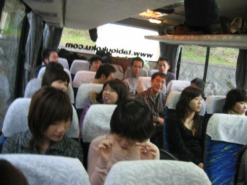 【かにツアー】バスの中でくつろぐ従業員