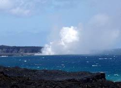 溶岩が海水を蒸発させている