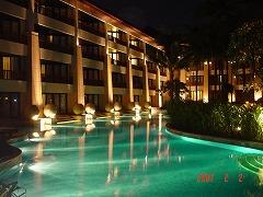 夜になると、ホテルのプールサイドがライトアップされて、幻想的です