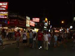 夜のプーケットタウンには、欧米人がたくさんいました