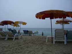 大雨のビーチ