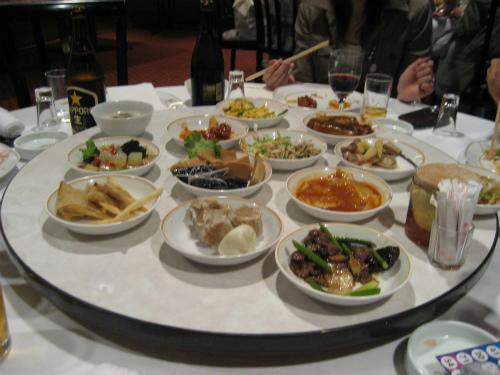 たくさんのお料理が並べられています