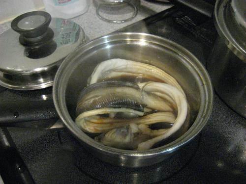 穴子を丸ごと醤油たれに浸します