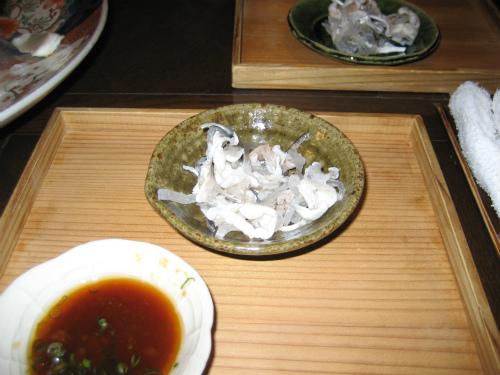 伊万里焼の大皿に、綺麗に並べられたフグのてっさ