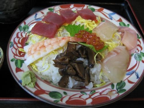 海鮮ちらし定食は、ミニラーメンとわらび餅が付いていて、800円