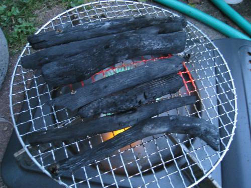 庭で炭火焼き