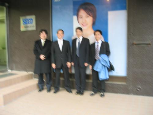 井上社長とシード本社前で記念撮影