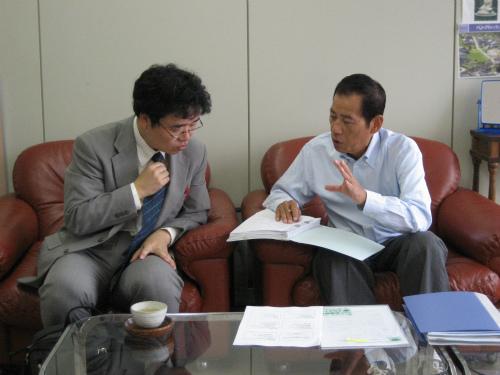 府立大学の北居明助教授と松葉博雄