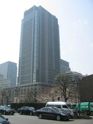 東京駅丸の内口の前には沢山の高層ビル