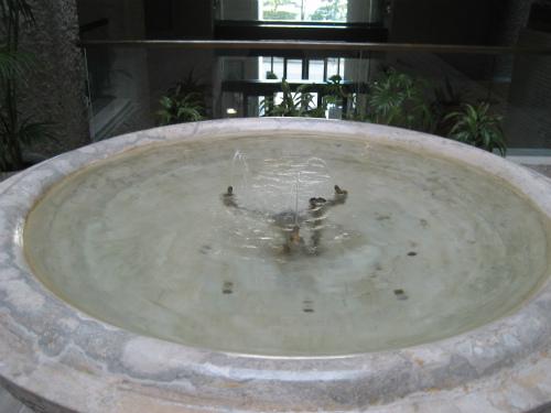 美術館の踊り場の噴水
