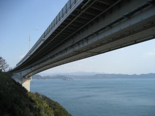 橋の下から、本四連絡架橋を見ました